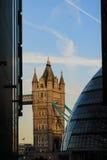 Взгляд моста башни от больше берега реки Лондона стоковое изображение