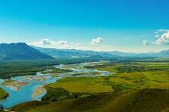 Взгляд моста и реки долины горы и голубых Стоковое Изображение