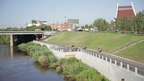 Взгляд моста над рекой и видеоматериал
