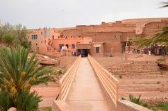 Взгляд моста над рекой Draa на Aït Benhaddou Kasbah в Ouarzazate в высоких горах атласа, Марокко стоковые изображения rf