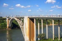 Взгляд моста приятельства (Ponte da Amizade), соединяясь Foz делает Стоковое фото RF