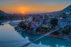 Взгляд моста реки Ganga и Lakshman Jhula на заходе солнца Rishikesh Индия Стоковые Изображения