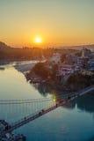 Взгляд моста реки Ganga и Lakshman Jhula на заходе солнца Rishikesh Индия Стоковые Изображения RF