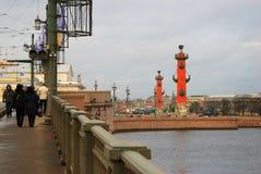 Взгляд моста Dvortsovy над рекой Neva Стоковая Фотография