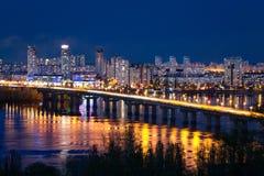 Взгляд моста Paton и ландшафт ночи Киева, Украины Стоковая Фотография RF
