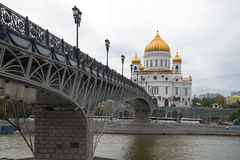 Взгляд моста Patriarshy и и собора Христоса спаситель в пасмурном после полудня в сентябре moscow стоковая фотография rf