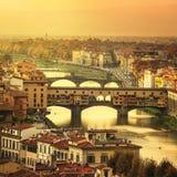 Взгляд моста Ponte Vecchio захода солнца Флоренса или Firenze панорамный T Стоковые Фото