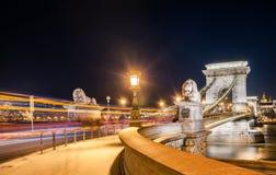 Взгляд моста Szechenyi цепного в Bupapest, Венгрия ночи Стоковая Фотография RF
