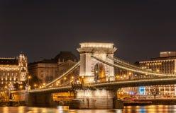 Взгляд моста Szechenyi цепного в Bupapest, Венгрия ночи Стоковое Изображение RF