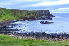 Взгляд мощёной дорожки близрасположенного гиганта пляжа, в Северной Ирландии Стоковая Фотография