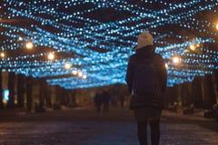 Взгляд молодой женщины задний стоя на загоренном переулке Стоковые Изображения RF