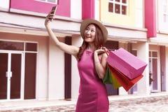 Взгляд молодой привлекательной азиатской женщины при шляпа принимая selfie Стоковая Фотография