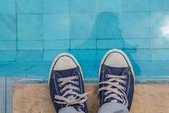 Взгляд мужских ног на стороне бассейна Стоковые Фото