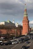 Взгляд набережной Москвы Кремля и Kremlevskaya Стоковые Фото