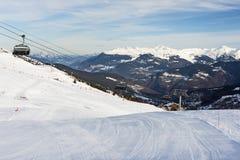 Взгляд наклона горных лыж с подвесным подъемником Стоковая Фотография