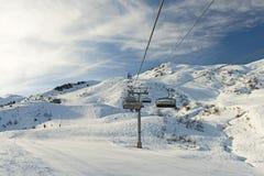 Взгляд наклона горных лыж с подвесным подъемником Стоковая Фотография RF