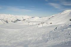 Взгляд наклона лыжи с подвесным подъемником Стоковое Изображение RF