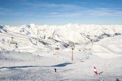 Взгляд наклона лыжи с подвесным подъемником Стоковые Фотографии RF