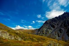 Взгляд наклонов горы на солнечный летний день Стоковое Фото