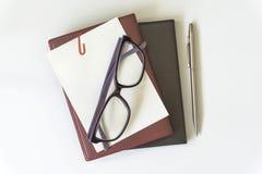 Взгляд настольного компьютера офиса с eyeglasses и книгой Стоковое Изображение