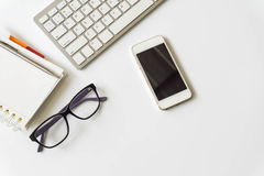 Взгляд настольного компьютера офиса с smartphones Стоковые Изображения RF