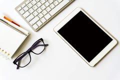 Взгляд настольного компьютера офиса с smartphones Стоковое Изображение