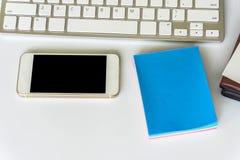Взгляд настольного компьютера офиса с smartphones Стоковые Изображения