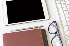 Взгляд настольного компьютера офиса с smartphones Стоковое фото RF