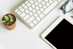 Взгляд настольного компьютера офиса с smartphones Стоковая Фотография