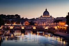 Взгляд на базилике Тибра и St Peter Стоковое Изображение
