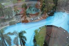 Взгляд на бассейне и теннисных кортах гостиницы Стоковое фото RF