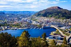 Взгляд на Бергене и озеро от горы покрывают Стоковые Изображения