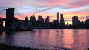 Взгляд на Бруклинском мосте и Манхаттане, заходе солнца видеоматериал