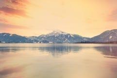 Взгляд на высоких снежных горах и море Стоковые Изображения RF