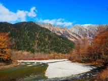Взгляд на горах kamikochi стоковая фотография