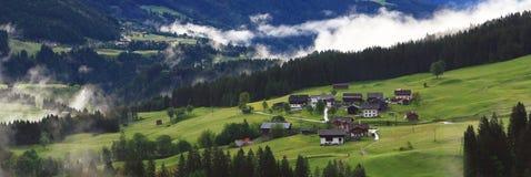 Взгляд на горном селе в горных вершинах (lesachtal) Стоковая Фотография RF