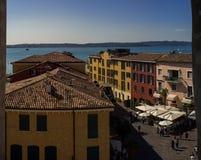 Взгляд на городе озера Garda и Sirmione старом в Италии Стоковая Фотография RF
