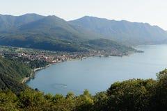 Взгляд на городе Luino на Lago Maggiore, Италии Стоковое фото RF