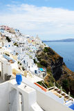Взгляд на городке и туристах Fira наслаждаясь их каникулами Стоковые Фотографии RF