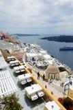 Взгляд на городке и туристах Fira наслаждаясь их каникулами Стоковое фото RF