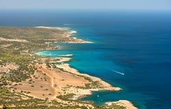 Взгляд на голубой лагуне около города Polis, национального парка полуострова Akamas, Кипра Стоковая Фотография