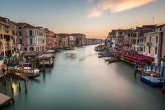 Взгляд на грандиозном канале от моста Rialto, Венеции Стоковая Фотография