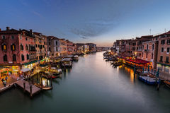 Взгляд на грандиозном канале от моста Rialto, Венеции Стоковые Фото