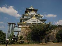 Взгляд на главной башне и стена Осака рокируют Стоковая Фотография