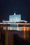 Взгляд на Доме правительства или Белом Доме от обваловки стороны другого реки в ноче Стоковое Изображение RF
