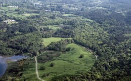 Взгляд на лесе и городе от вершины горы Стоковое Изображение RF