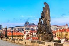 Взгляд на замок Праги от Карлова моста стоковая фотография rf