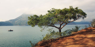 Взгляд на заливе Adrasan Туристская шлюпка в море постаретое фото Стоковые Изображения RF