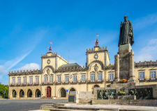 Взгляд на здание муниципалитете с памятником в Barcelos, Португалии Стоковые Фото