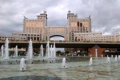 Взгляд на зданиях, фонтанах и мосте Стоковое Изображение